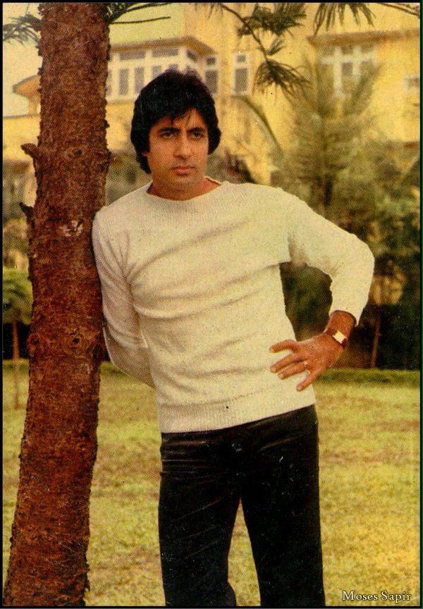 Super Star AMITABH BACHCHAN Posing Outside At The Peak Of His Career & Still Not Mobbed..Quite Amazing Really!!
