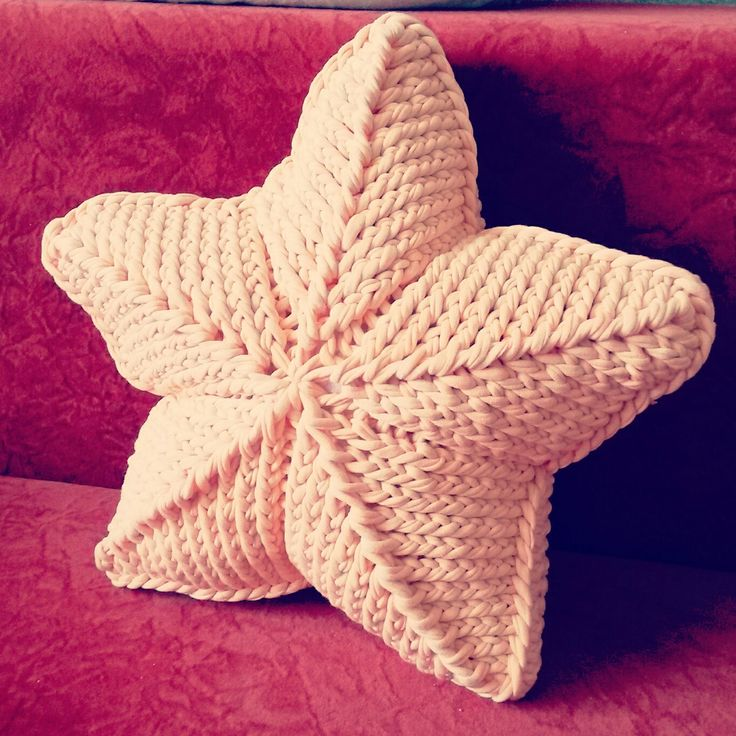 Подушка-звезда из трикотажной пряжи