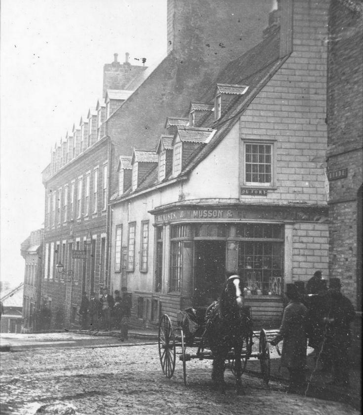 En arrière-plan, le vieux bâtiment servant de bureau poste de 1846 à 1872. (Quartier Vieux-Québec – Rue De Buade – Édifice – Vers 1880 – J. E. Livernois – [copie] 1905, Fonds Fred C. Würtele, P546,D3,P45, Bibliothèque et Archives nationales du Québec)