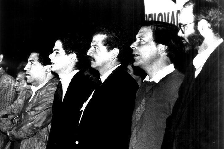 Uno de los más duros contradictores de Samper en el interior del liberalismo fue Juan Manuel Santos. En 1998, las dificultades internas en l...