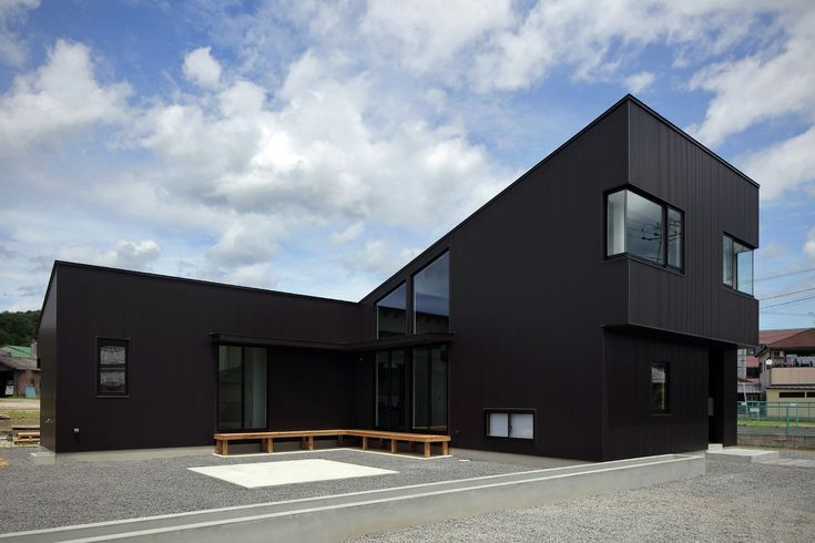 House in Shigaraki,© Kei Sugino.  The L-shaped building is positioned to open out onto a garden on its southern flank, and a large pent roof covers the entire building. Centering on the living room atrium, the interior features slits to provide passage for air and natural light, and openings in the walls in various locations. Air and natural light move around the space under the large roof as the day and the seasons change.