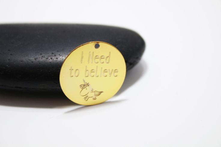 20mm- Pendentif gravé sur mesure doré : Autres breloques par monptitcoinmode