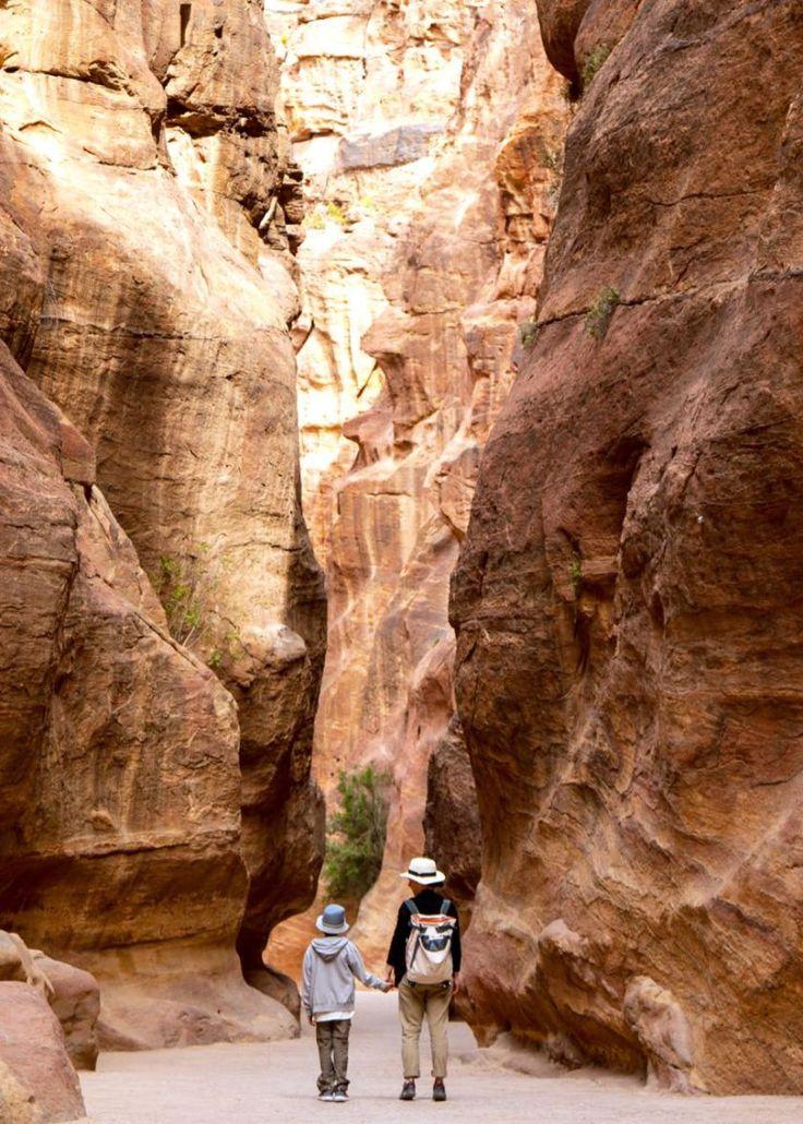 Petra, Jordanien, im Siq der Felsenstadt. Dieses Weltkulturerbe lässt einen immer wieder staunen. Jordanien: Highlights und Impressionen von einer Rundreise mit Schulkind. Mehr dazu auf www.berlinfreckles.de
