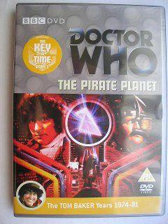 """""""The Pirate Planet"""" è la seconda avventura della sedicesima stagione, conosciuta con il titolo globale """"The Key to Time"""", trasmessa nel 1978 con il Quarto Dottore e Romana. Segue """"The Ribos Operation"""" ed è un'avventura composta da quattro parti scritta da Douglas Adams e diretta da Pennant Roberts. Immagine dall'edizione britannica del DVD. Clicca per leggere una recensione di quest'avventura!"""