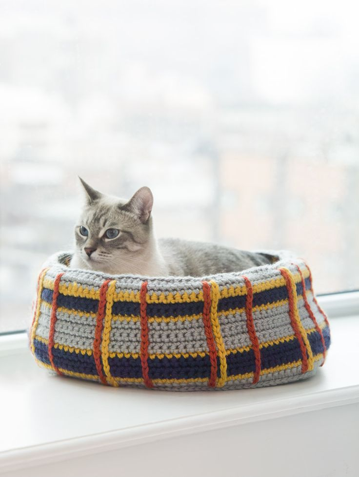 Crochet a Curl Up Kitty Cat Bed for your feline friend! thanks so xox (reg) ☆ ★ https://www.pinterest.com/peacefuldoves/