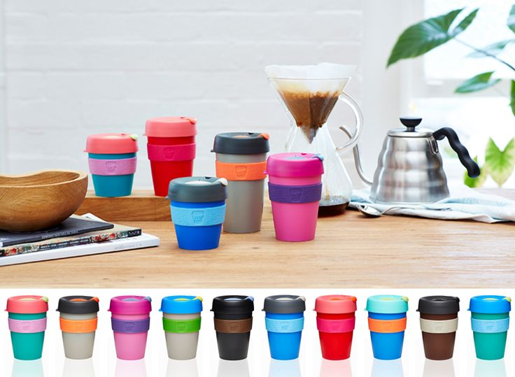 """Varje år tillverkas cirka 500 miljarder engångsmuggar i papper, det innebär 75 muggar/person världen över. Täckta med olika sorters vax och plast är de svåra att återvinna och hamnar därför på världens växande sopberg. Istället har jag med mig min alldeles egna KeepCup mugg. En latte """"to go"""", tack. Nu finns våra populära KeepCup åter i lager!"""
