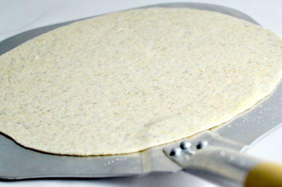 Denne pizzadej med fuldkornsmel er super nem at lave og giver nogle lækre, sprøde bunde. Hos Mambeno får du nemme madplaner til både madpakker og aftensmad.