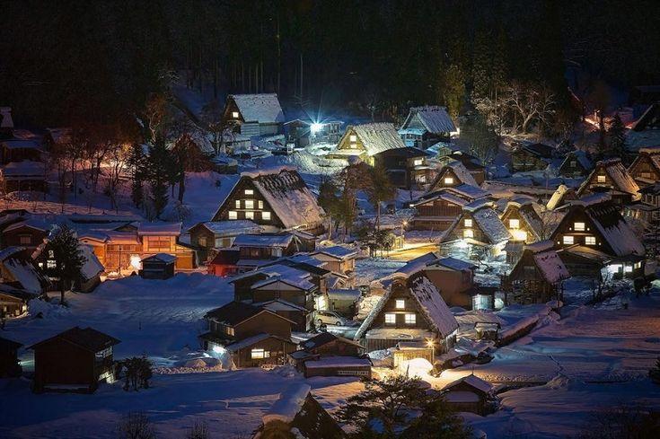 Сиракава-го, Япония Сиракава-го - небольшая деревушка, известна невероятно крутыми крышами в местных домах. Такие крыши способны вынести самые большие снегопады.