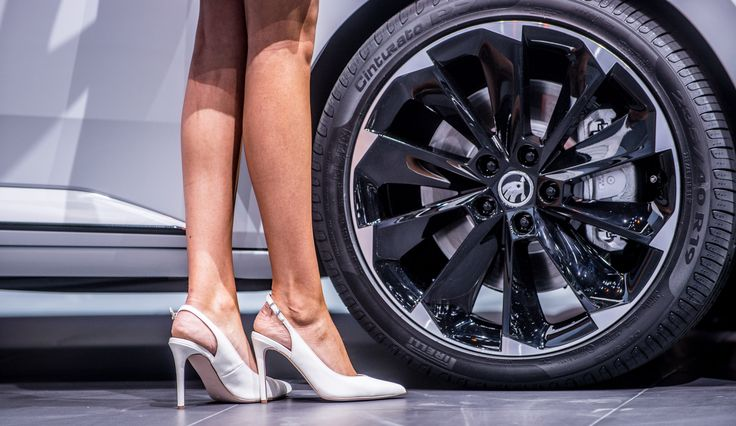 The most noteworthy features of the ŠKODA Superb SportLine include the black18- or 19-inch alloy wheels, the tinted rear side windows and back window (sunset), and the sport chassis lowered by 15 mm #SKODAIAA #SuperbSportLine #SKODA #IAA2015