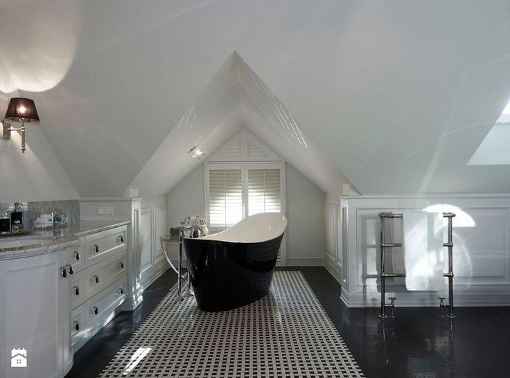 Dom na Targówku - Duża łazienka na poddaszu w domu jednorodzinnym jako salon kąpielowy z oknem, styl nowoczesny - zdjęcie od BBHome