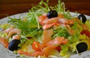 Итальянский салат «Лючия»  Для приготовления блюда Итальянский салат «Лючия» необходимы следующие ингредиенты: руккола (400– 500), слабосоленая семга (200), очищенные хвосты креветок (150), болгарский перец (180–200), помидоры (180–200), консервированные маслины (120–150), дыня (200), красная икра (60–70), майонез (для соуса). Все ингредиенты указаны в граммах.