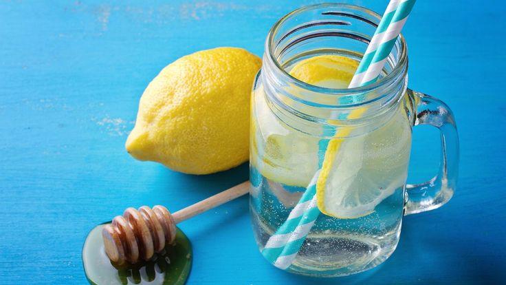 Sitruuna ja hunaja sisältävät monia terveellisiä ainesosia. Copyright: Shutterstock. Kuva: Tatiana Frank.