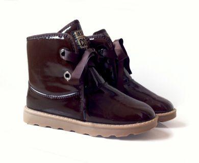 El diseño de estas botas de media caña tipo charol y con contraste del lazo, le pueden aportar a tu look un aire muy bohemio! Llévalas por donde quieras y luce color y estilo en tus pies. Se adaptan perfectamente al pie para no perder confort durante todo el día!
