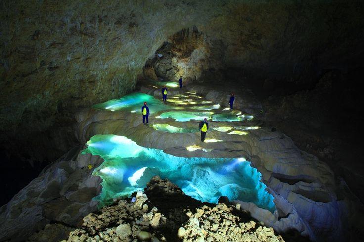 洞窟 洞窟探検(ケイビング)、秘境、辺境の地、冒険のことならプロガイド団体Ciao!(ちゃお!)にお任せ下さい。ガイドは全員洞窟のプロフェッショナルです!