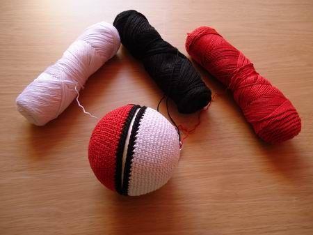 confeccionando Pokeball de ganchillo