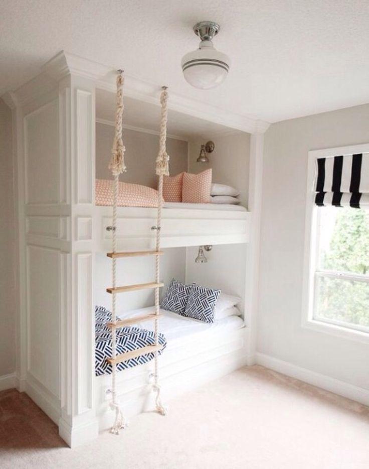 Quarto de criança com estilo vitoriano, cama beliche branca com ornamentos, cada de corda. Inspirações e Dicas de Decoração para Quarto de Irmãos