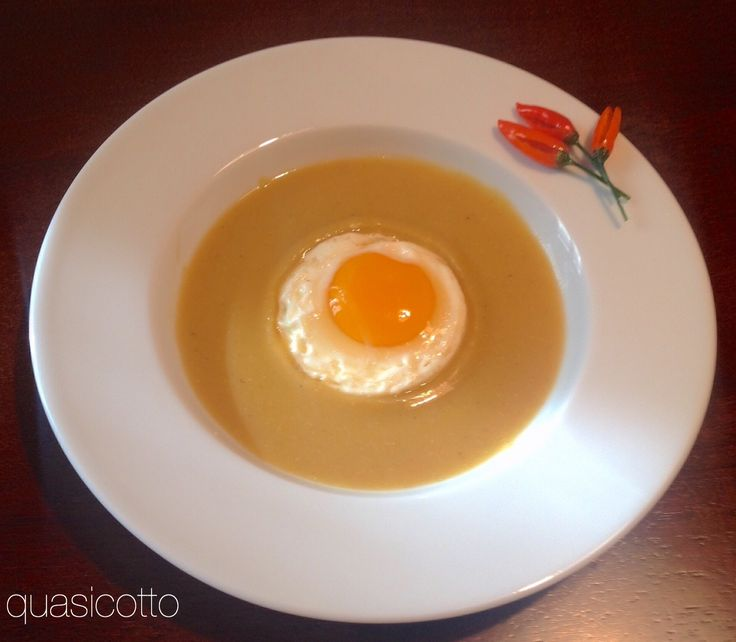 Crema di lenticchie rosse con uovo fritto