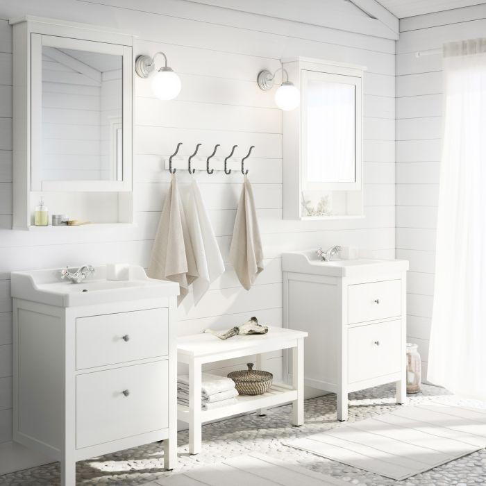 Chacun son espace dans la salle de bains grâce à ces deux meubles pour lavabo HEMNES.