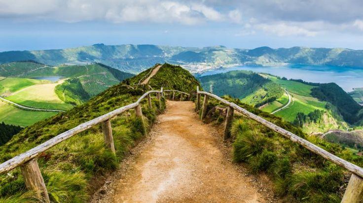 Manuel Nunes é produtor de café biológico e Carlos Silva recuperou uma aldeia abandonada. Estes e outros projetos são o rosto de uma mesma ambição: os Açores querem ser destino do turismo sustentável.