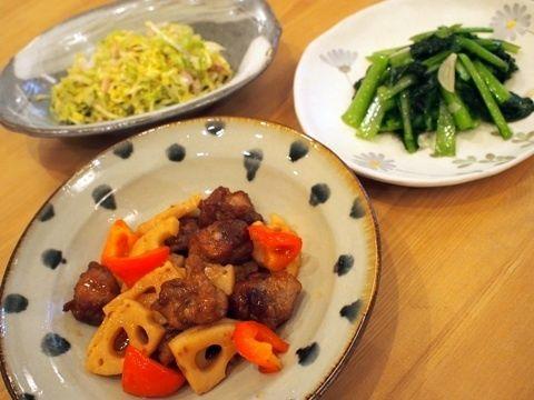 小松菜の中華炒め 小松菜は、ごま油を引いたフライパンにニンニクのスライスの香りを出し、小松菜、鶏ガラスープの素、ブラックペッパーで炒めて出来上がりです