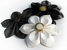 Tuto photo et patron à imprimer pour créer des fleurs à partir de chutes de simili cuir.