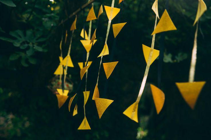 www.bcce.fr Shooting les temps modernes. Suspension triangle doré pour mariage
