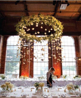 (Foto 10 de 12) Centros de Mesas Colgantes para Bodas. Imagen: Belle the Magazine, Galeria de fotos de Centros de mesas con flores colgantes para bodas