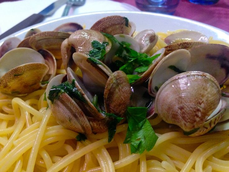 Becoming RAJE: Naples, I love You...A classic Neapolitan dish, spaghetti alle vongole, done very, very, well. A x