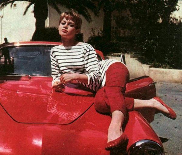 Этокультовый свитер, иПикассо– лишь один измногих, ктоносилего. Мэрилин Монро снималась втаком напляже. Брижит Бардо надела такой скрасными капри икрасными балетками, чтобы сняться нафоне красной спортивной машины. Коко Шанель носила его сширокими брюками. Джин Сиберг надела такой свитер вфильме Жан‑Люка Годара «Напоследнем дыхании».