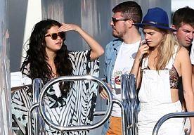 22-Jul-2014 11:58 - SELENA GOMEZ VIERT VERJAARDAG MET CARA DELEVINGNE. Vandaag viert Selena Gomez haar 22ste verjaardag. Wie beter om dit mee te vieren dan partygirl Cara Delevingne? Het tweetal landde gisteren met een helikopter in Saint Tropez om hier vervolgens aan boord te stappen van een luxe jacht. De pre-birthday party van de zangeres bestaat vooral uit lekker zonnen en af en toe een verfrissende duik.