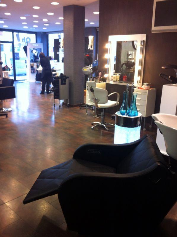 Disfruta del sistema Specific Hair Water System en nuestros salones.  Disfruta de los beneficios de un nuevo lava cabezas con masaje de aire, que proporciona un masaje linfodrenante y anticelulitico, al tiempo que nuestros especialistas en tratamiento te relajan con un lavado especial masajeando tu cabello y cuero cabelludo.
