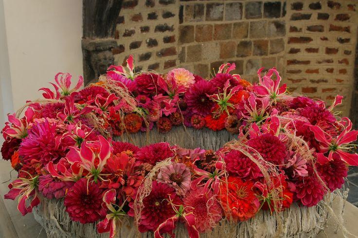 Super mooie kleuren. Prachtig roze/rode krans van bloemen. Gloriosa, dahlia, zinnia