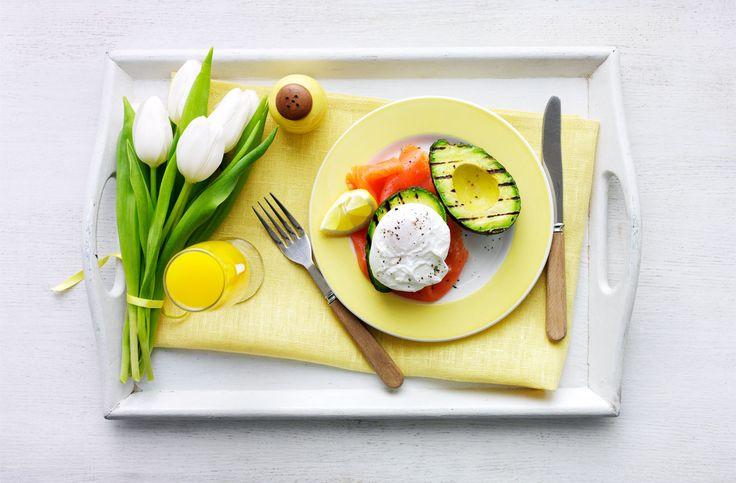 Grillezett avokádó buggyantott tojással és füstölt lazaccal - a tökéletes anyák napi reggeli! #anyaknapja #anya #reggeli #meglepetes #ajandek #tescomagyarorszag