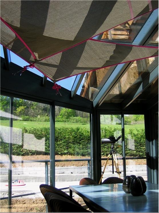 installation d ombrage mobile avec une voile triangulaire dont le tissage de noeuds est int gr. Black Bedroom Furniture Sets. Home Design Ideas