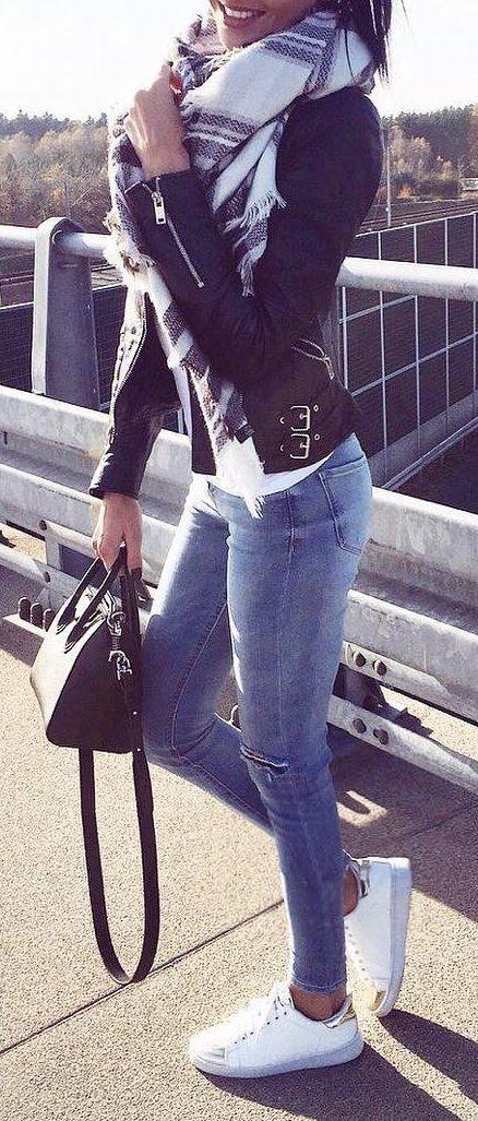 Jeans, jaqueta de couro preta e echarpe de xadrez.