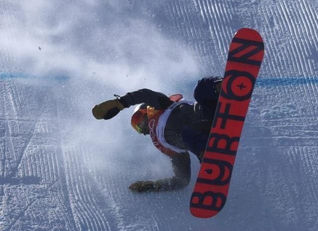 スノーボード・スロープスタイル女子決勝 強風で転倒続出
