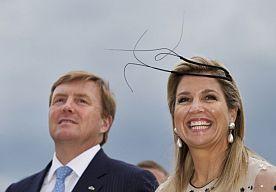 """1-Aug-2014 8:11 - ZILVEREN HUWELIJK VOOR MAXIMA EN WILLEM-ALEXANDER. Aanstaande zaterdag vieren koning Willem-Alexander en koningin Maxima hun 12,5 jarig huwelijk. Dat wordt ongetwijfeld gevierd op hun vakantieadres in Griekenland. De koning en koningin vieren hun trouwdag zaterdag in familiekring"""" liet de RVD Shownieuws donderdag weten. En of dat Griekenland is, dat is gissen, daar doen ze geen uitspraken over, want dat is privé., maar volgens de laatste berichten zijn ze na de dag van..."""