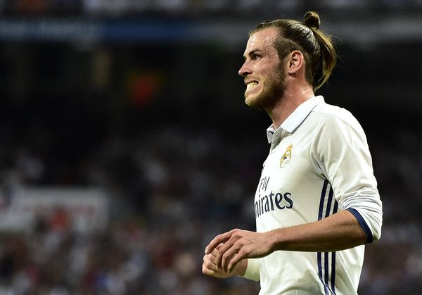 Real Madrid's Welsh forward Gareth Bale grimaces after missing a goal opportunity during the Spanish league Clasico football match Real Madrid CF vs FC Barcelona at the Santiago Bernabeu stadium in Madrid on April 23, 2017..Barcelona won 3-2. / AFP PHOTO / GERARD JULIEN