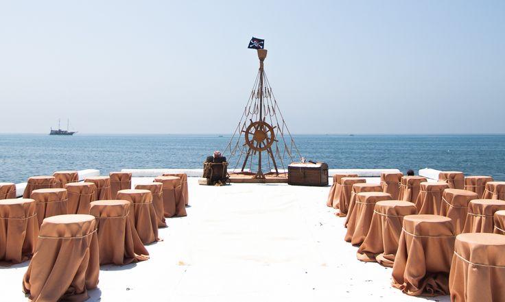 Великолепная идея - пиратская свадьба! Алтарь - штурвал корабля, Сидения для гостей - Обернуты  рогожкой, которая, как нельзя кстати, передает пиратский дух и атмосферу тех времен! Необычное оформление свадьбы подчеркнет Вашу индивидуальность и не оставит гостей равнодушными! А Altex Вам в этом поможет!  Тюль, домашний текстиль, шторы, фурнитура - у нас есть все, что Вам понадобится для воплощения Ваших идей!