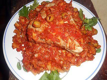 La meilleure recette de Steak de thon à la marseillaise! L'essayer, c'est l'adopter! 5.0/5 (6 votes), 7 Commentaires. Ingrédients: Un steak de thon albacore de 480 gr environ, un oignon rouge ou 2 échalotes,3 gousses d ail, un fenouil, une cas d herbes de provence, une de concentré de tomate, une cac de paprika, une boite de pulpe de tomate, huile d olive, 15 olives vertes, 10 cl de vin blanc, une pincée de sucre,5 cl de pastis