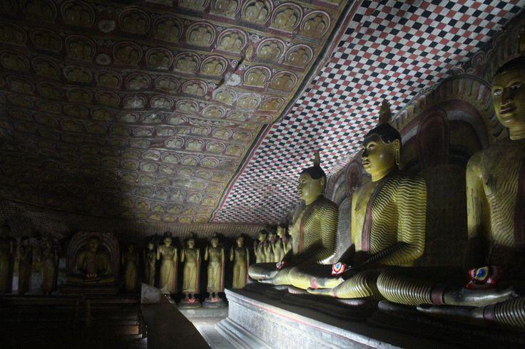 """#Cuevas de #Dambuela en #SriLanka. Conoce m[as en nuestro #Articulo """"Descubriendo las cuevas de Dambulla y el arte budista"""" #DambullaCaves #Travel #viajes"""