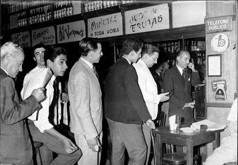 Teléfono Público, c. 1960. Ni en los sueños más alocados de esta gente habrá existido el actual smartphone, con el que nos podemos comunicar con cualquier parte del mundo, y gratis!