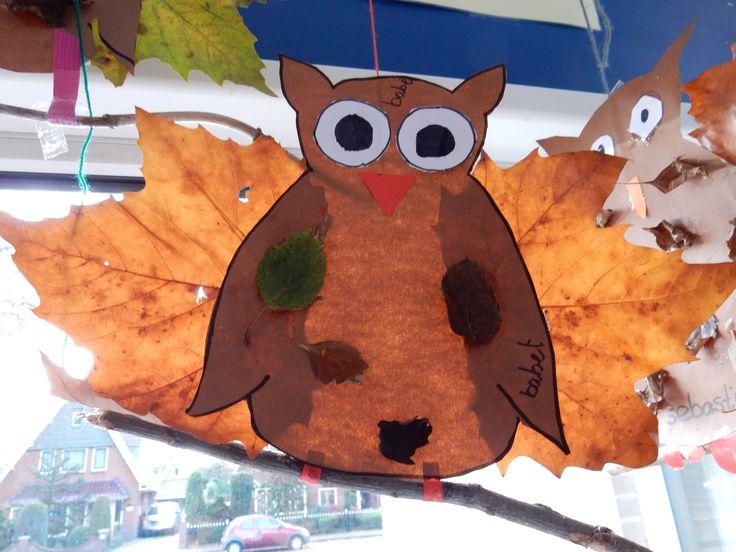 uil van papier en herfstbladeren