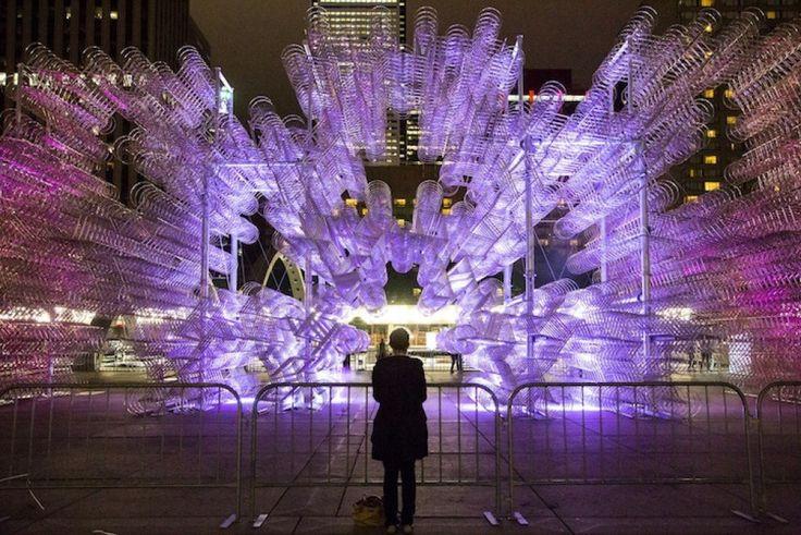 """Migliaia di biciclette argentate occupano la Nathan Phillips Square di Toronto fino a fine ottobre. E' la nuova installazione dell'artista cinese Ai Wei Wei, lunga 30 metri e alta 10, composta da 3.144 biciclette. L'opera """"Forever Bicycles"""", illuminata con luci rosa e blu, ha incantato i v"""
