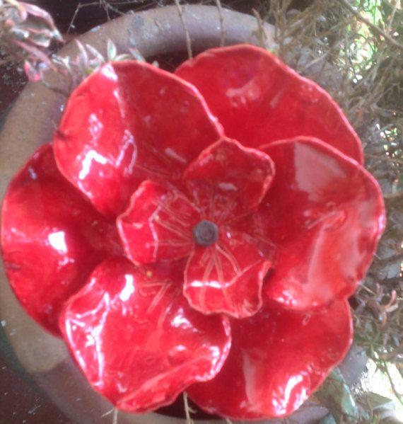 Esta amapola pedal 9 hermoso florece todo el año. Es arcilla de mano formado, esmaltado color rojo de alto brillo y finishe en un alto horno leña. Cada amapola viene con una 12 estaca de metal, ensamblaje menor requeridas. Este artículo puede ser especial pedido en cualquier color de