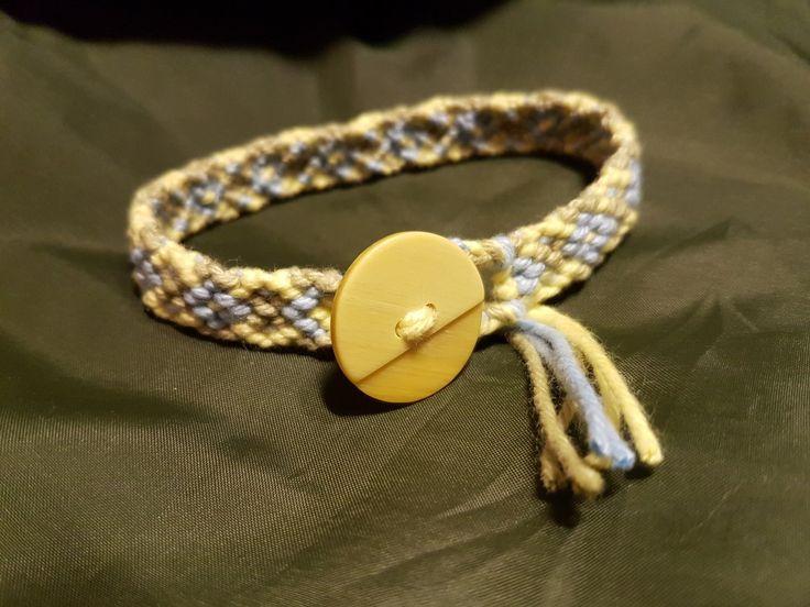 Vänskapsband i bomull med knapp. #6susa5 #handmade #cotton #coton #friendshipbracelet #makramé #macrame #vänskapsband #bomull #friendshipbracelet #braceletdamité #bracelet