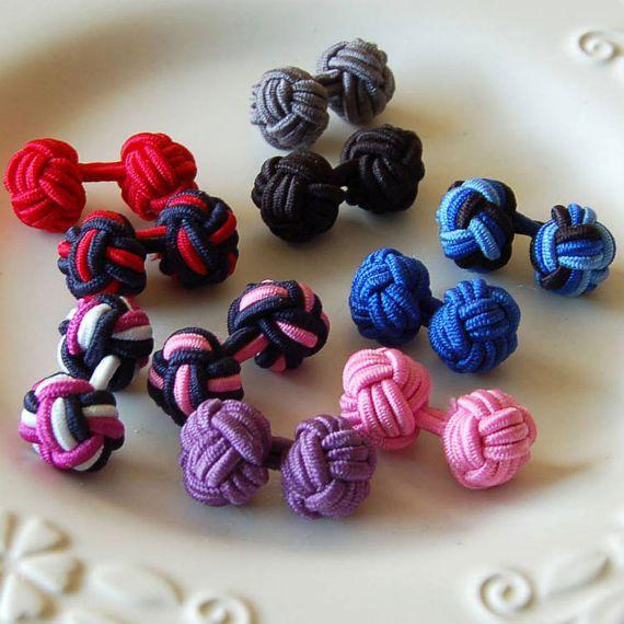 Com formato parecido com as abotoaduras Barbell, estes modelos em nó de seda são mais informais e descoladas, feitas com tecido ou elásticos tem um grande apelo com o público jovem que gosta de sua variedade de cores.