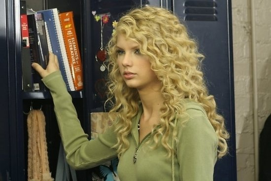 I wish Tswift still had this kind of curls.. she looks so much better here than now