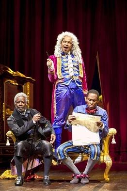Joseph Marcell (met de stok ) Jeffrey Wright ( in de stoel )  en  Mos op de achtergrond , in  de theatervoorstelling van  'A Free Man of Color'.  Geno Judith Isabel