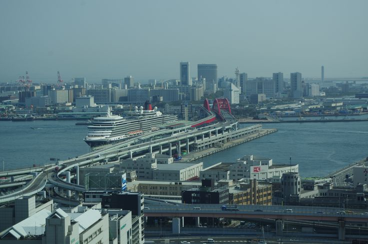 市役所より南側,ポートアイランドと神戸大橋と新港第四突堤,そして停泊中のクイーンエリザベス号。
